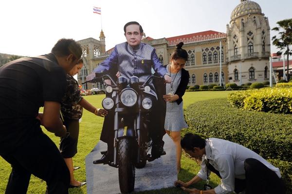 泰国迎接儿童节 总理巴育人形纸板花式亮相博眼球