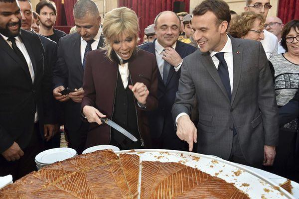 马克龙参加爱丽舍宫活动 与爱妻切蛋糕甜蜜互动