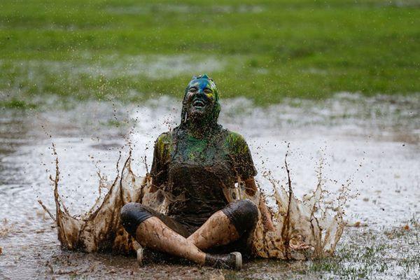 """巴西大学生参加年度泥浴 泥池打滚来场""""肮脏""""的狂欢"""