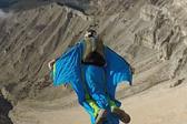 翼装爱好者高速滑翔尽赏落基山美景