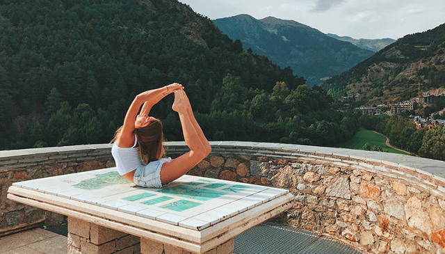 俄罗斯姑娘世界各地秀瑜伽 解锁旅游照正确拍摄姿势