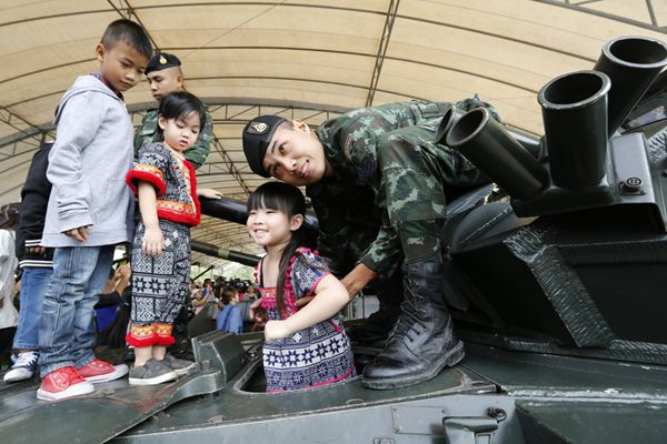 泰国儿童上军营庆祝儿童节 扛枪体验参观中国造坦克