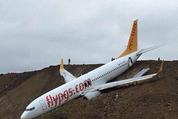 土耳其一架飞机降落时冲出跑道 机上162人安全疏散