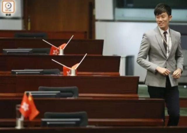 """""""港独""""议员侮辱国旗 被香港理工大学逐出教师队伍"""