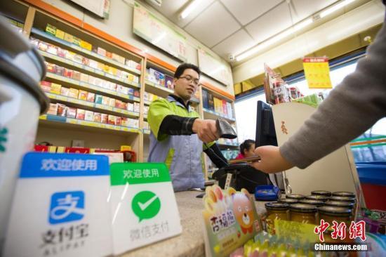 资料图:山西太原,民众正在使用手机支付。 <a target='_blank' href='http://www.chinanews.com/' _cke_saved_href='http://www.chinanews.com/'>中新社</a>记者 张云 摄
