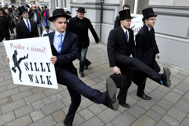 环球图片一周精选 捷克民众滑稽大游行展无厘头风格