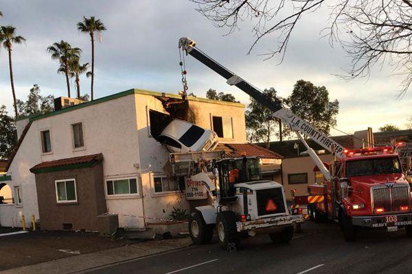 """美国加州发生""""离奇""""交通事故 汽车""""飞入""""二楼窗户"""