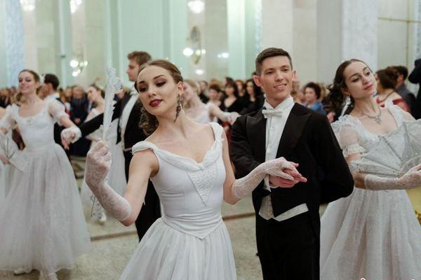 白俄罗斯剧院举行新年舞会 俊男靓女翩翩起舞