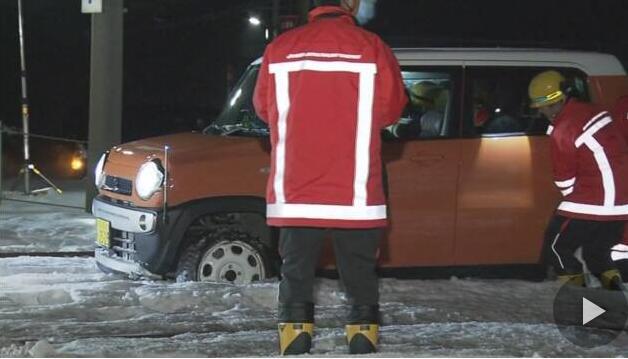 日本一轿车因大雪封路误驶入铁道 紧急关头警察启动应急按钮