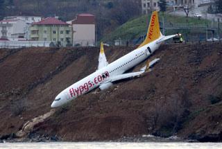 载168人客机降落时冲出跑道挂山崖上 险些坠海