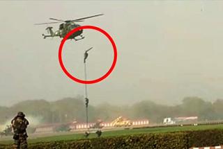 印度直升机空降时绳索断裂 三名士兵坠落摔伤