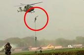 印度士兵空降时绳索断裂