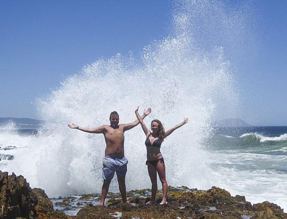 英夫妇蜜月旅行海边拍照被巨浪拍倒 妻子腿骨折