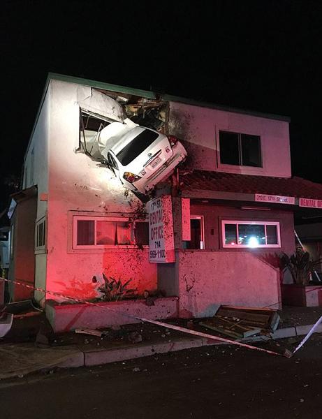 """美司机超速行驶致汽车""""飞""""进办公大楼二楼"""