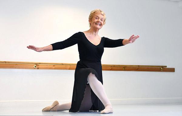 放飞梦想!英八旬奶奶通过芭蕾舞七级考试