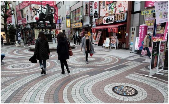 """""""脚下""""艺术! 日本街道独特的井盖文化引关注"""