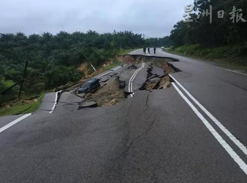 马媒:大马连日下雨致路段塌陷一华裔司机坠坑受伤