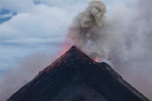 菲律宾马荣火山爆发 1000名住户紧急疏散