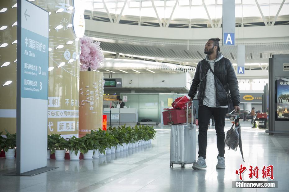 媒体:非洲小伙背20斤中国腊味回国被阻