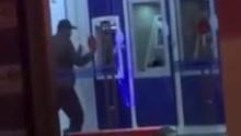 男子用石头怒砸一排ATM机 被民警当场控制住