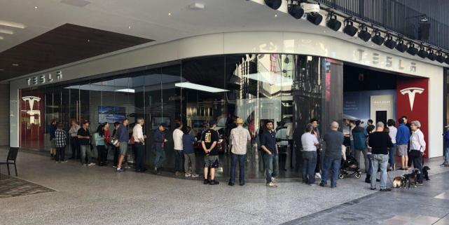 特斯拉门店展示Model3真车 排队90分钟体验两分钟