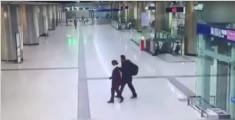 盲人地铁站迷失方向 女孩用肩膀为其当拐杖