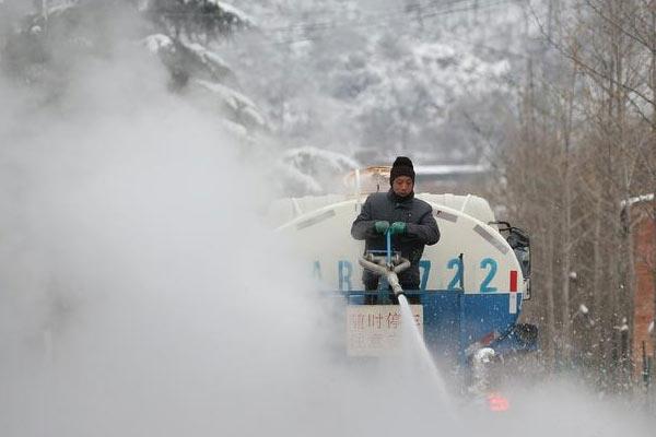 秦岭喷洒热水消雪融冰 热气蒸腾如抗战大片