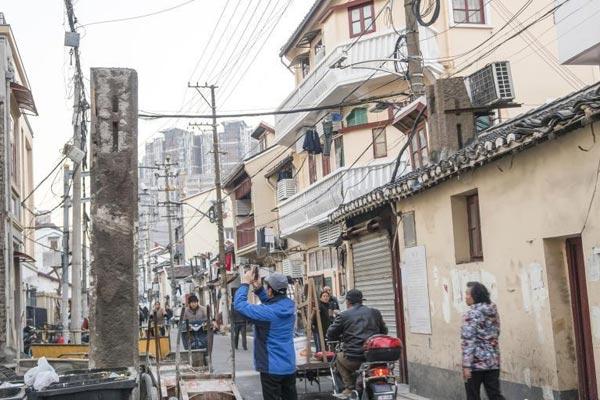 上海重大历史遗存发现 两粗大石柱藏于旧房之中