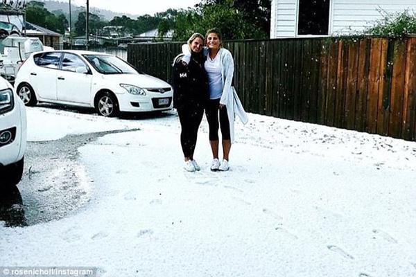澳大利亚东南部炎夏飘雪 民众晒飘雪照
