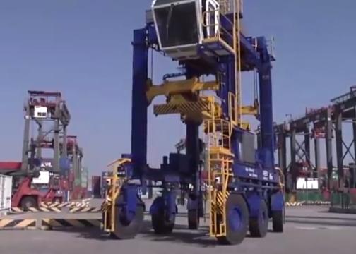 全球首台无人集装箱跨运车在中国问世