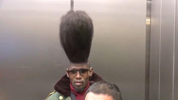 洛杉矶机场一男子怒发冲冠式发型引人注目