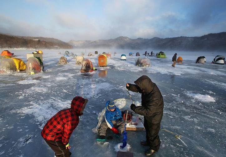 日本人冒严寒在结冰湖面享受垂钓乐趣 每天可钓上百条鱼