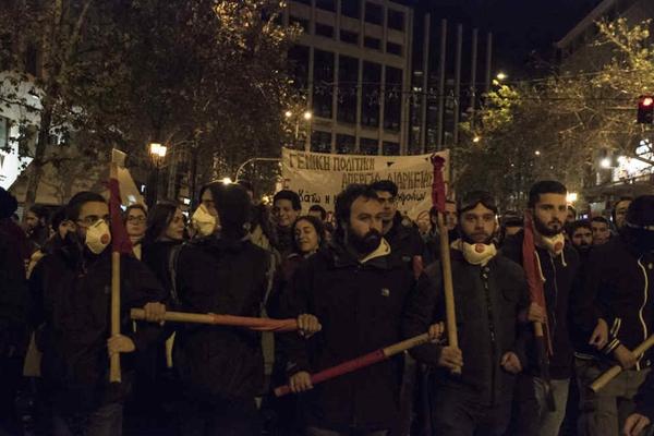 希腊罢工游行反对改革法案 抗议者与警察冲突
