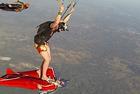 跳伞者将翼装高手当滑板