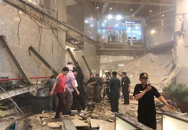 惊!印尼证券交易所两层阳台坍塌致80人受伤