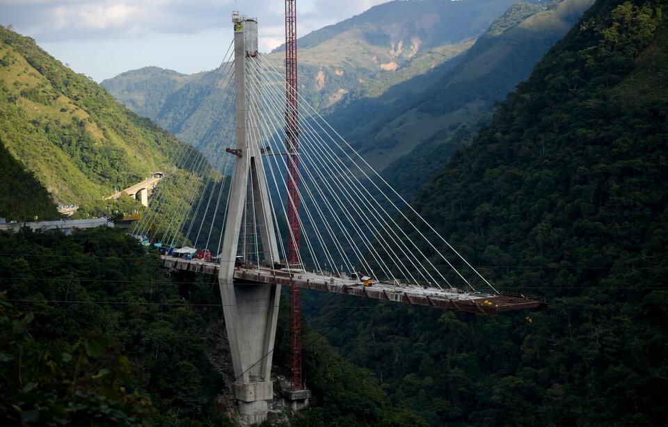 哥伦比亚一在建大桥忽然倒塌 致10人死亡