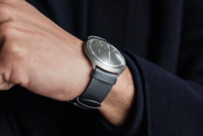 搭载新型电子表冠 Ressence机械手表可与APP配对