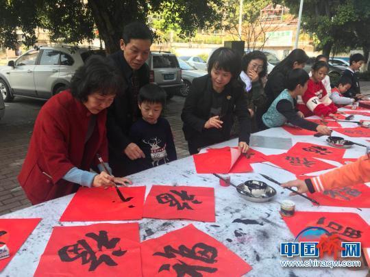 中国侨网广州少儿现场挥毫写百福 索有为 摄