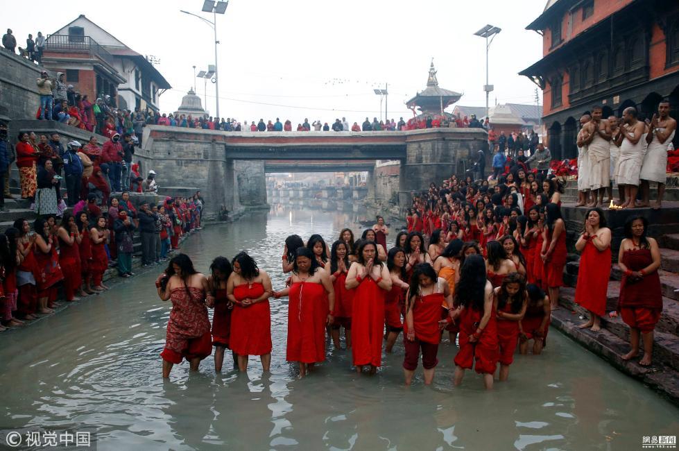 尼泊尔妇女河中集体圣浴 为丈夫祈福