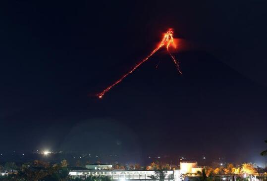"""菲律宾马荣火山再喷发 附近村民被迫""""生死大逃亡"""""""