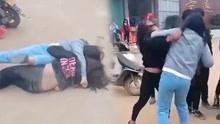 揪发互摔场面激烈 2名00后女生在学校门口打架