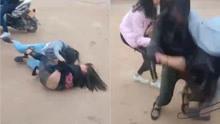 两名女孩相互扭打 有人边笑边拍视频无人劝阻