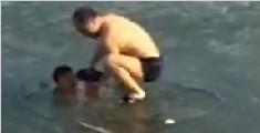 男子冰下潜泳错过冰面出口 朋友急跺脚破冰救人