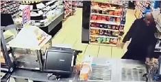 两黑人持假枪抢劫 被警卫真枪打伤