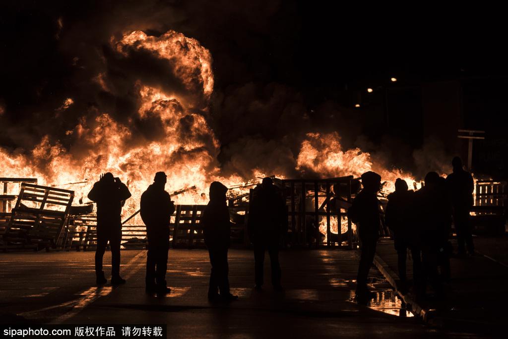 全法狱警爆发抗议浪潮  欧洲最大监狱外火光冲天
