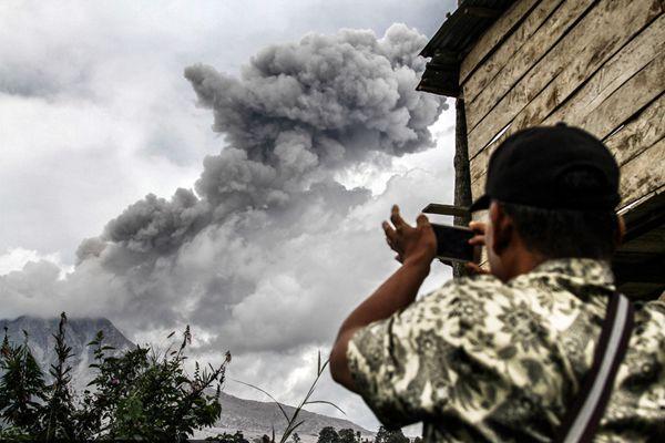 印尼锡纳朋火山喷发活跃 村民围观拍照