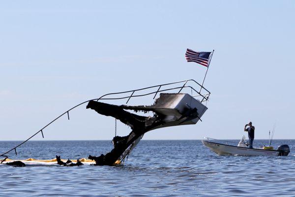 美国一艘赌场接驳船起火 残骸漂浮海上