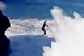 惊险刺激!葡萄牙男子海崖之间逐浪走绳索