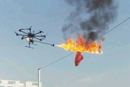 喷火无人机大显身手 其实原理很简单