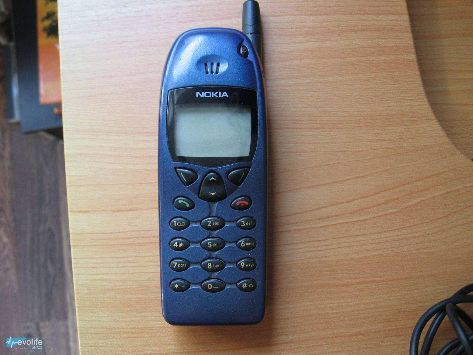 诺基亚6110,发布于1997年,这款手机拥有三款游戏,分别是记忆游戏、逻辑游戏以及标志性的贪吃蛇游戏。此外,这款手机还拥有在当时看来具有革命性的其他应用,例如日历和汇率转换器等。可以拆卸的前盖意味着,用户能用各种颜色选择来定制化自己的手机。